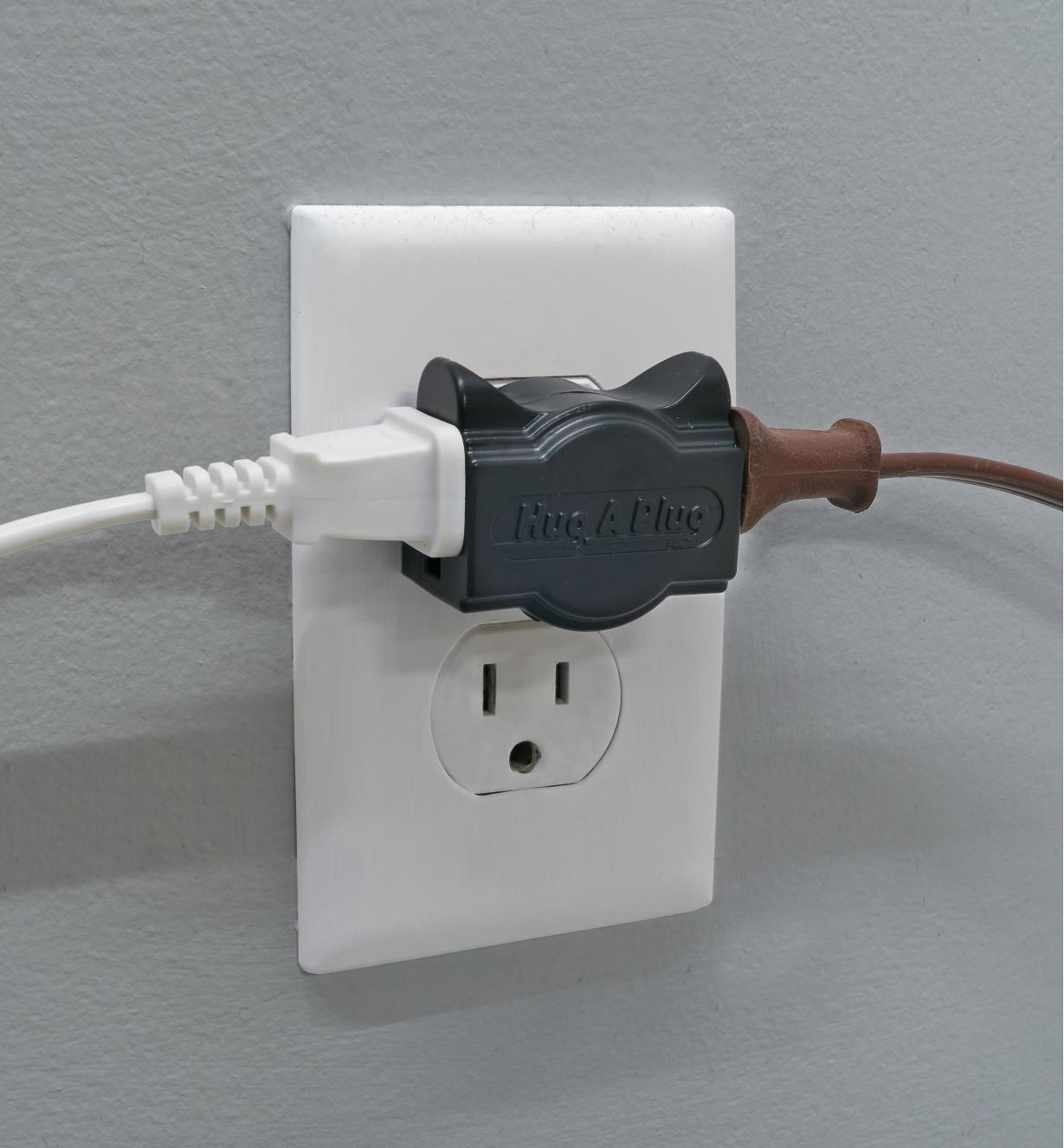 09A0853 - Adaptateurs de prise minces Hug-A-Plug, noir, la paire