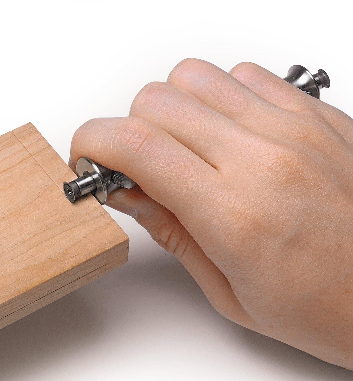 Trusquin utilisé pour marquer une ligne à contre-fil