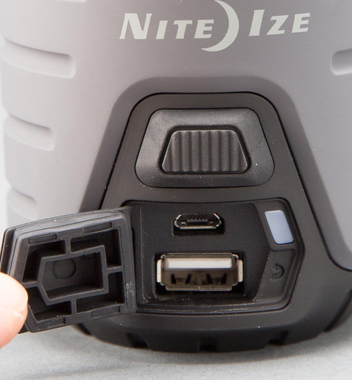 Vue rapprochée des ports USB sur la lanterne rechargeable Radiant Nite Ize de 300 lumens