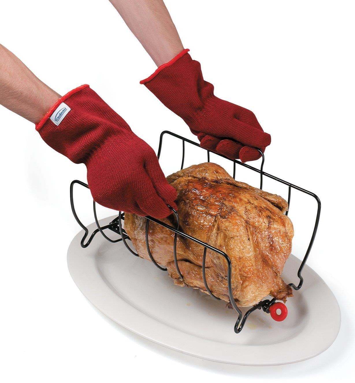 Gants de cuisine portés pour manipuler une grille à rôtir