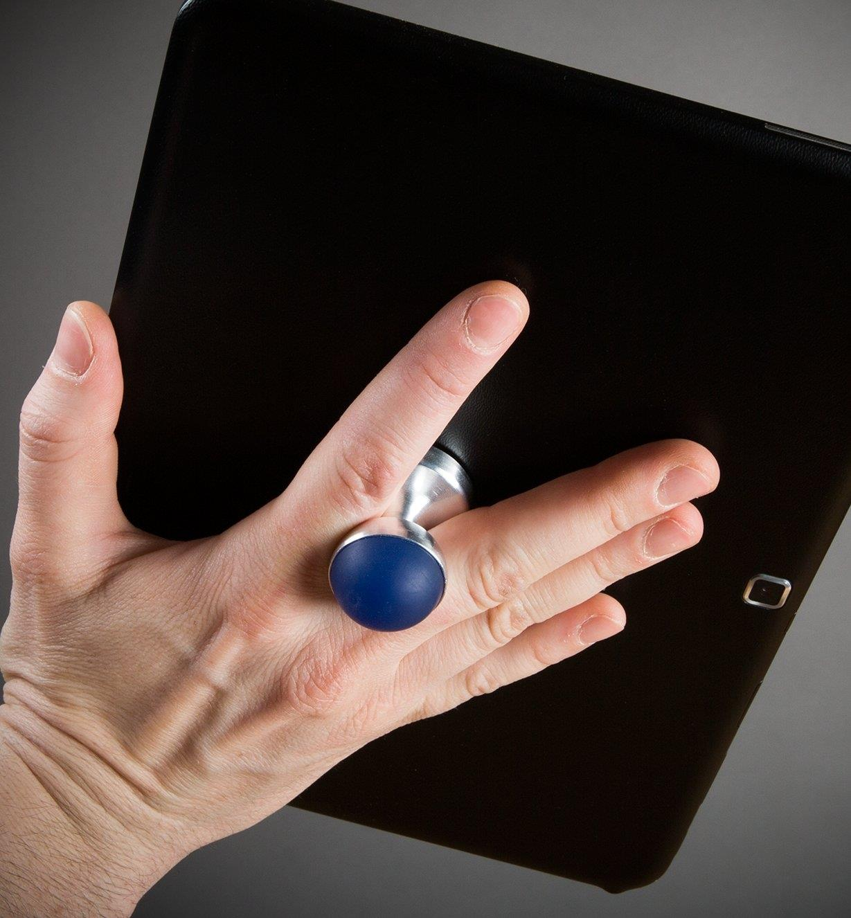 Gripping a tablet in one hand using the HobKnob