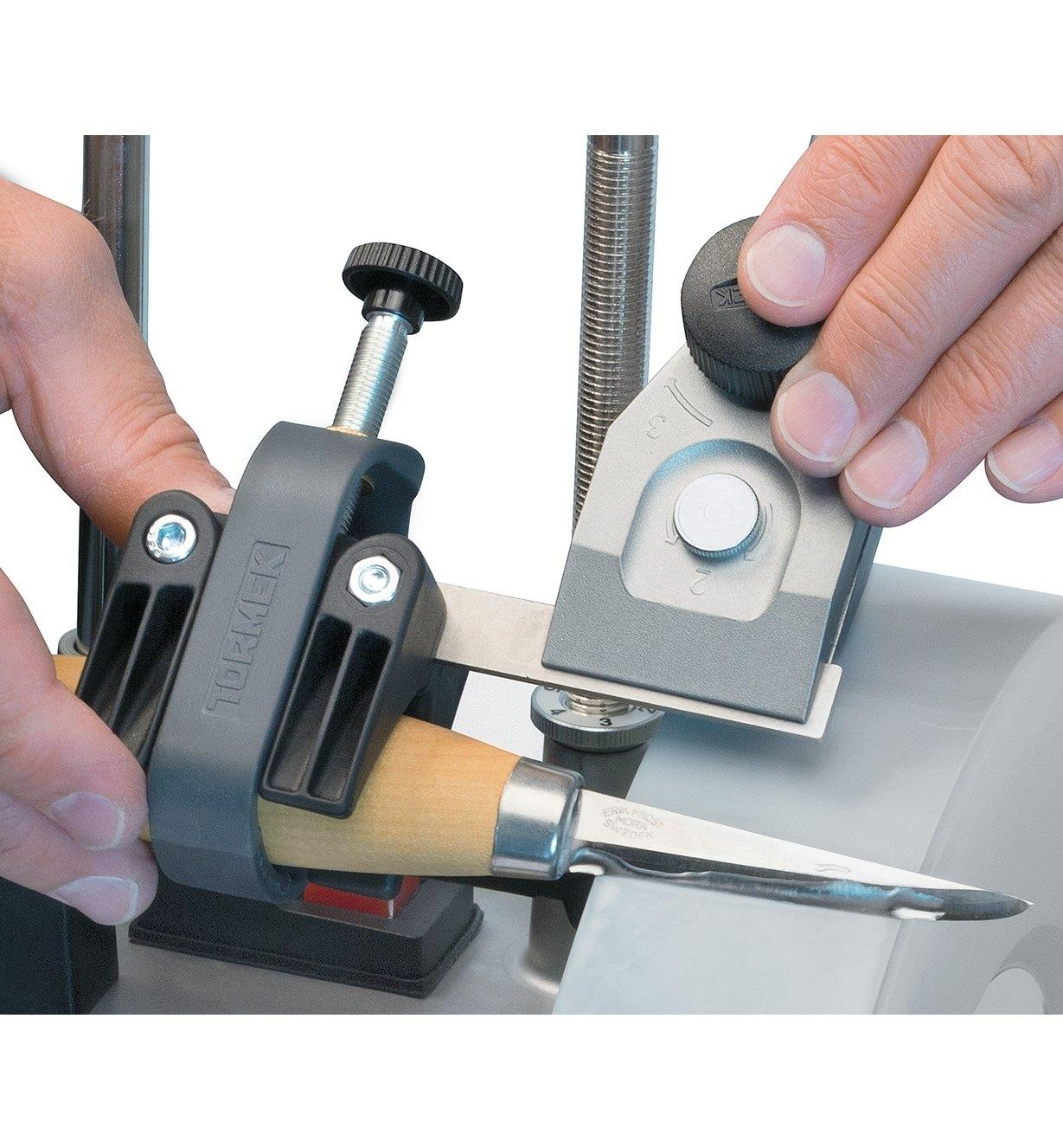 Sharpening a knife using the Tormek Regular Knife Jig