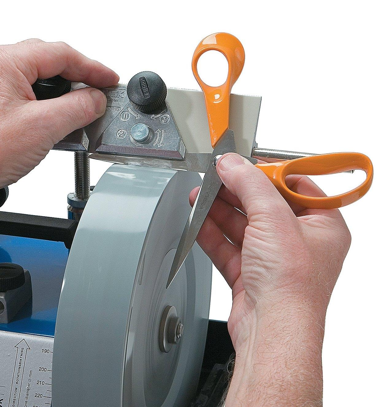 Sharpening a pair of scissors using the Tormek Scissors Jig