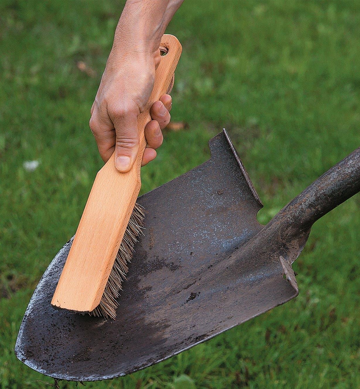 Brosse pour outils de jardinage récurant une pelle