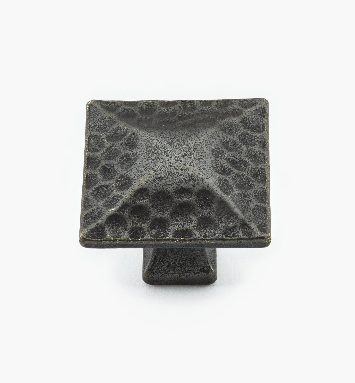 02W3672 - Bouton carré de 1 1/4 po x 1 1/8 po, série Craftsman, fini fer forgé