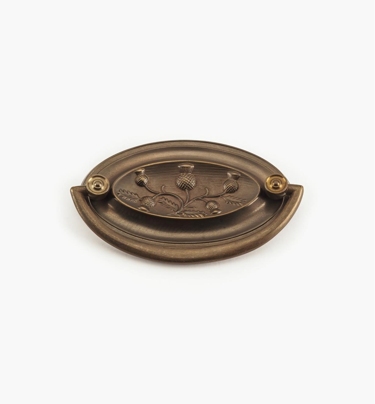 00A2512 - Poignée tombante sur platine Horton à motif champêtre de 35/16pox 21/16po (23/4po), chardon