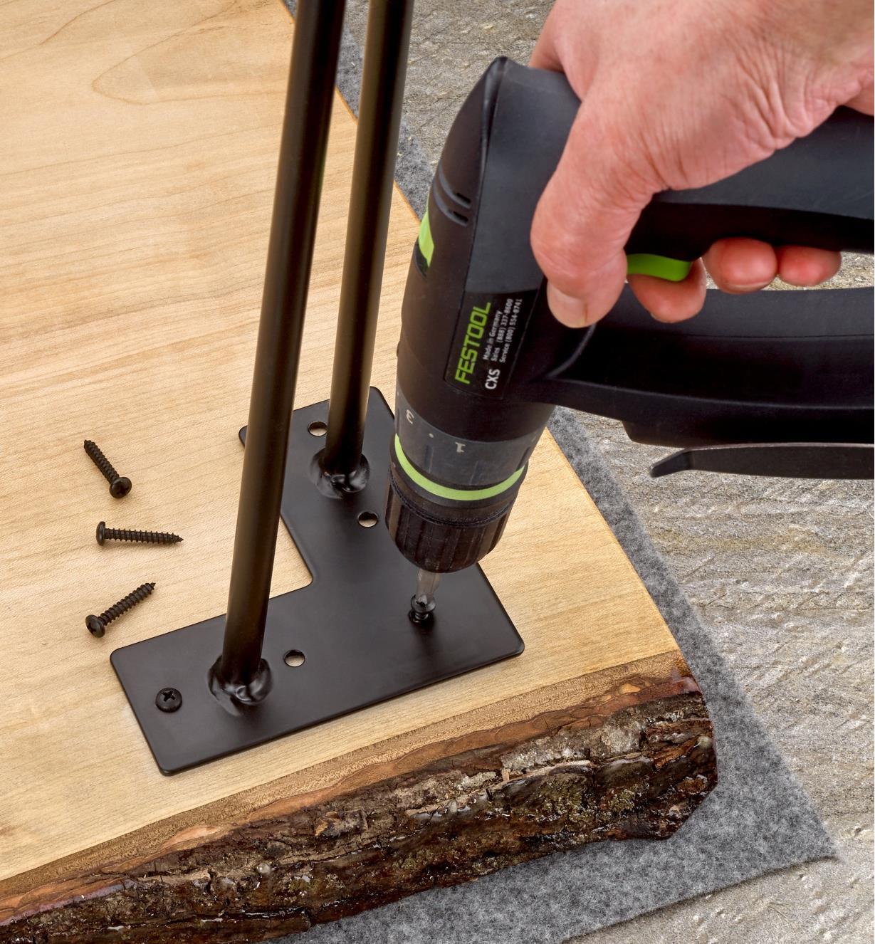 Fixation d'un pied en épingle de 28 po à un coin d'une table à bords naturels