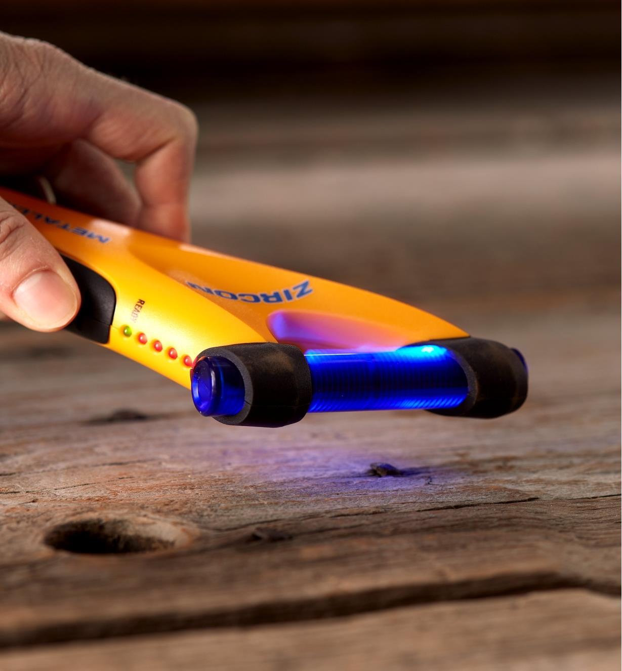 Capteur du détecteur de métal M40 Zircon émettant de la lumière pour signaler la présence de métal