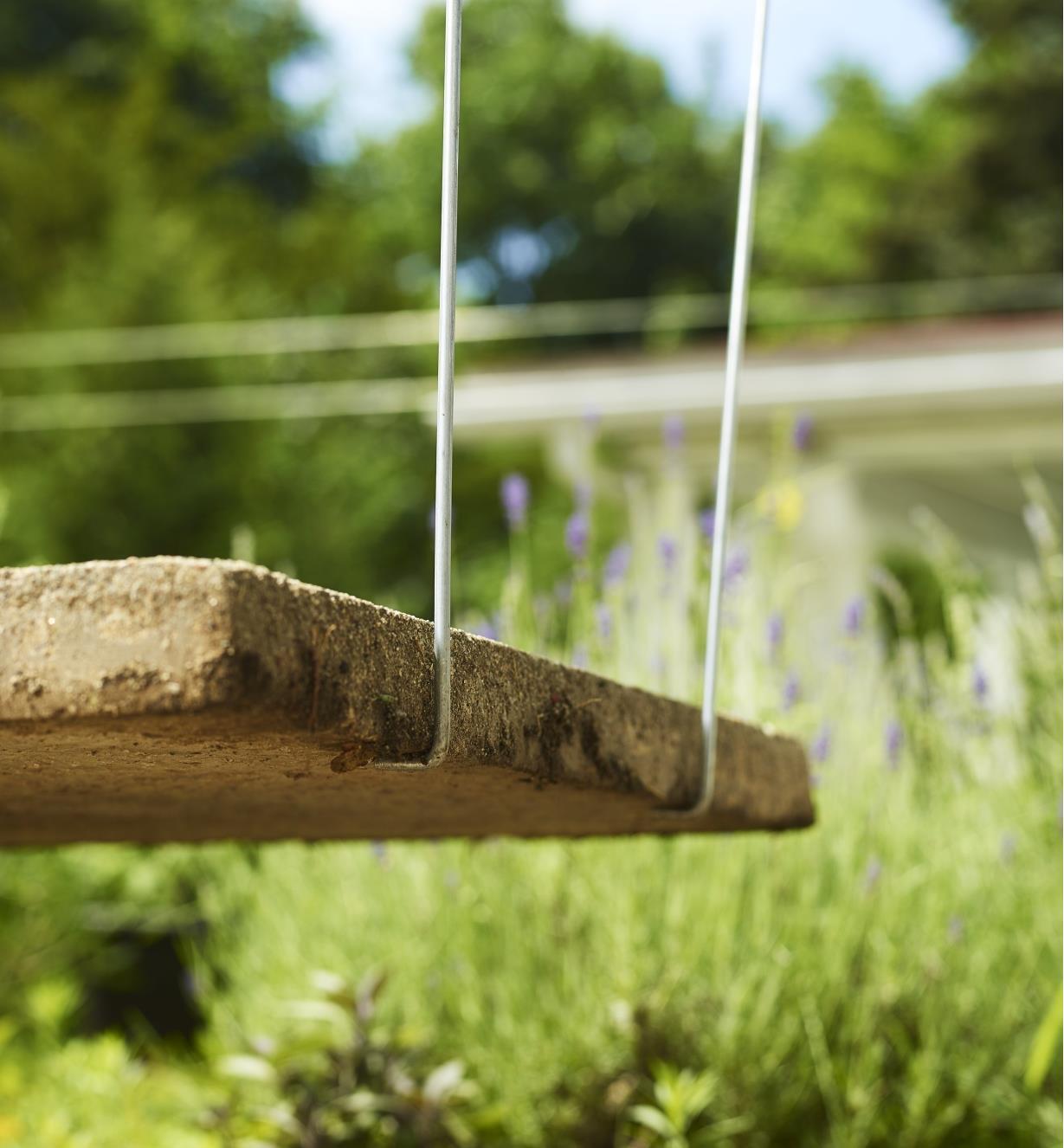 Gros plan du bout de crochets de levage SlabSetters en place sous le bord d'une dalle