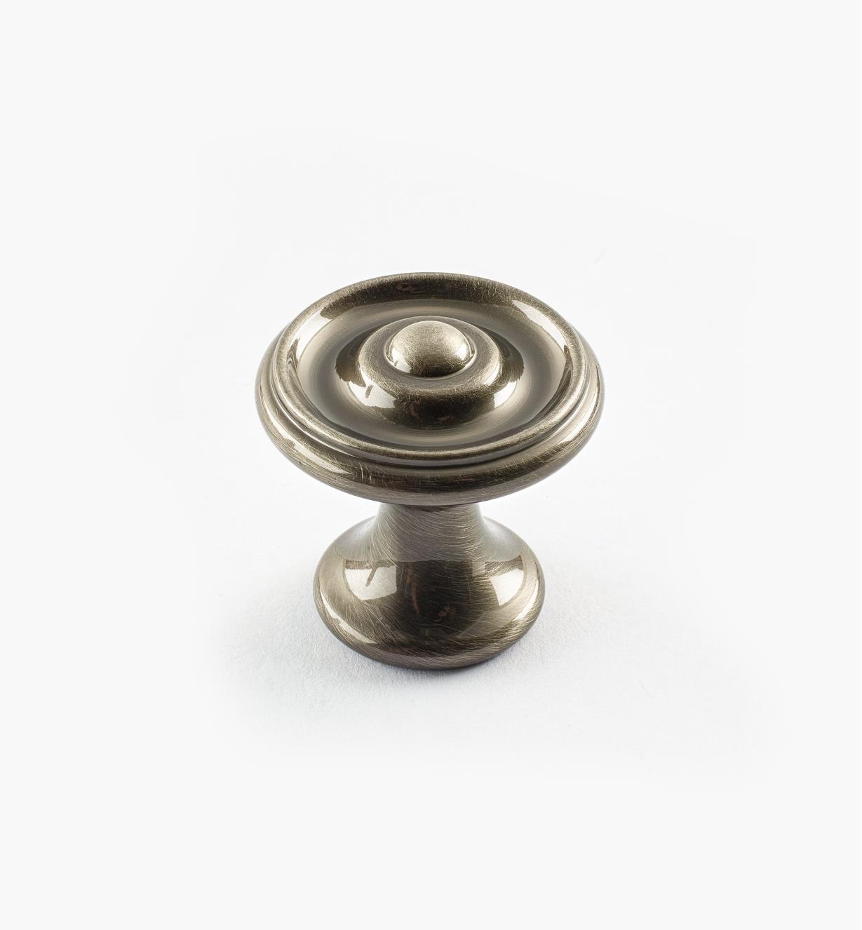 02W3301 - Bouton à bosselure centrale de 1 1/8 po x 1 1/8 po, série Nickel antique, laiton tourné