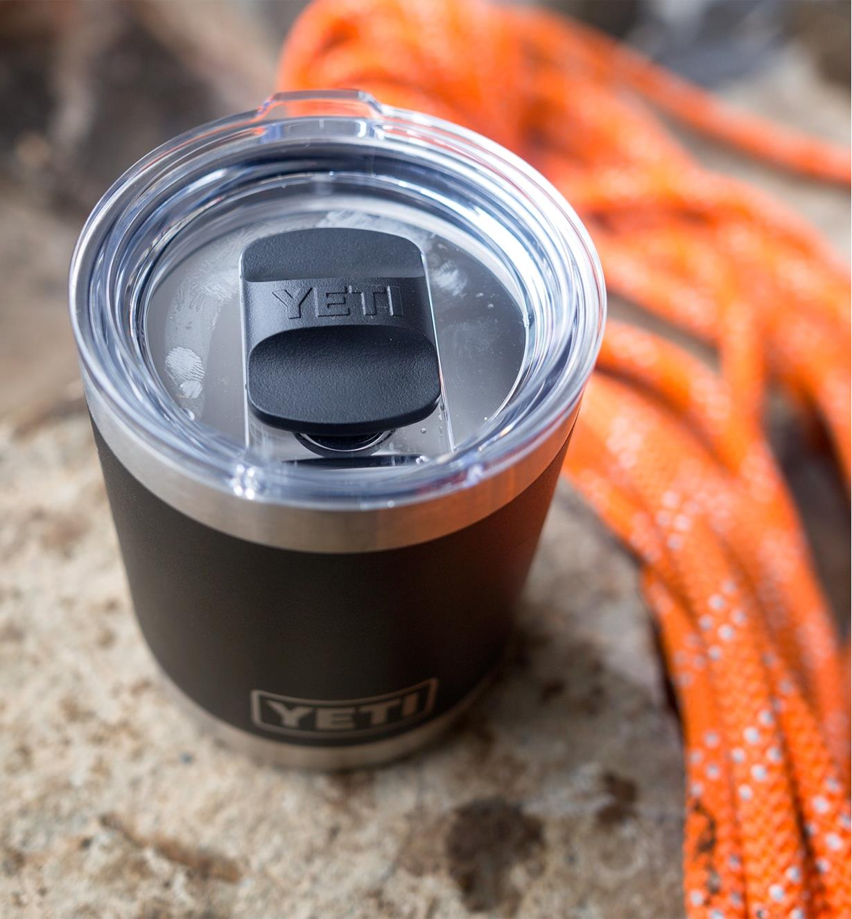 Close view of the lid on the 20 oz black Yeti tumbler