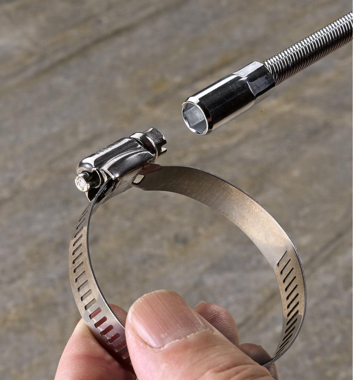 Tourne-écrou servant à ajuster un des colliers de serrage compris