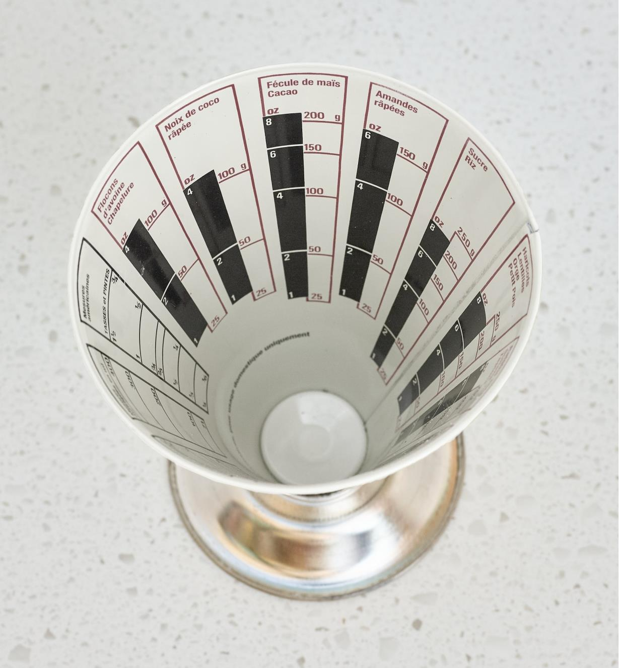 Top view of the inside of the Dry-Weight Measuring Cup, French