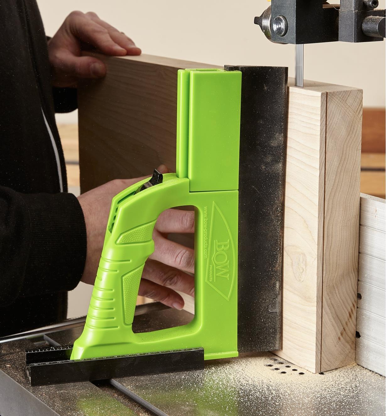 Presseur pour scie à ruban GuidePRO avec rallonge mise en place pour refendre en épaisseur une très large pièce