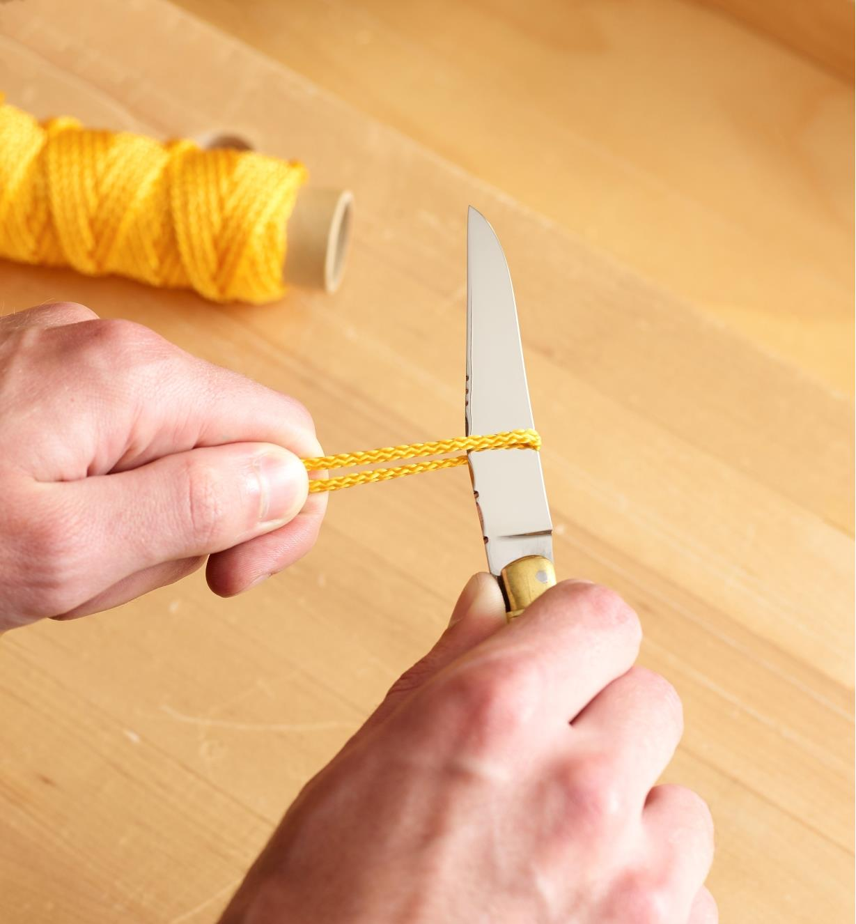 Cutting cord with the Laguiole knife