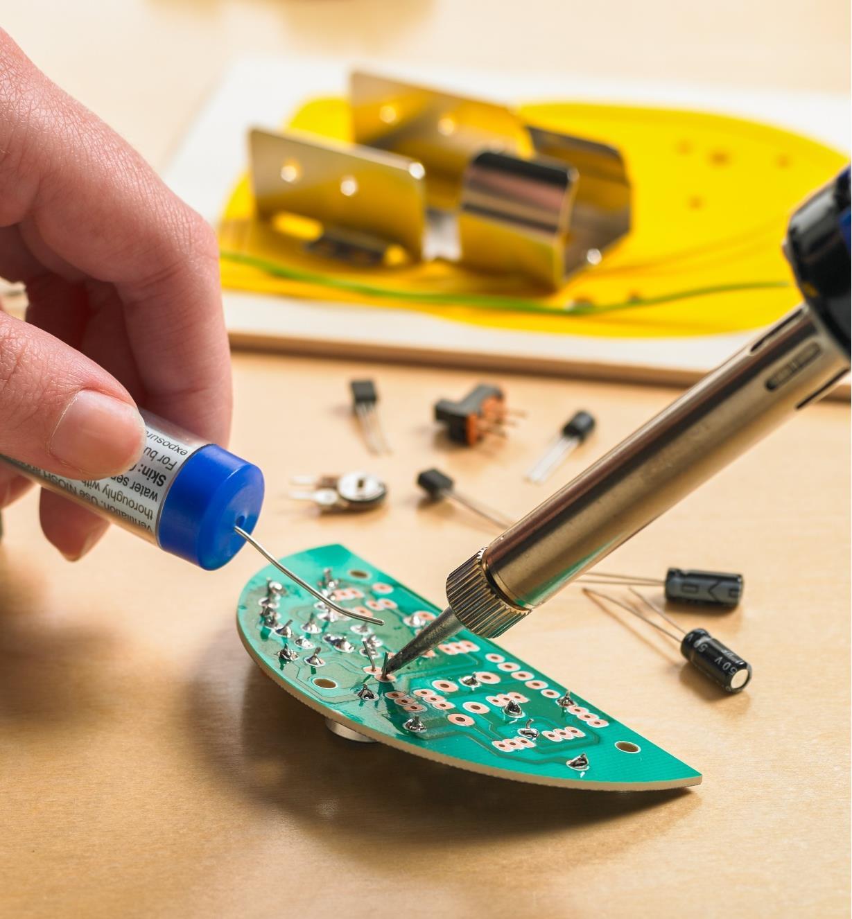 Brasage de composants sur le circuit imprimé du véhicule miniature robotisé WEMake Elenco