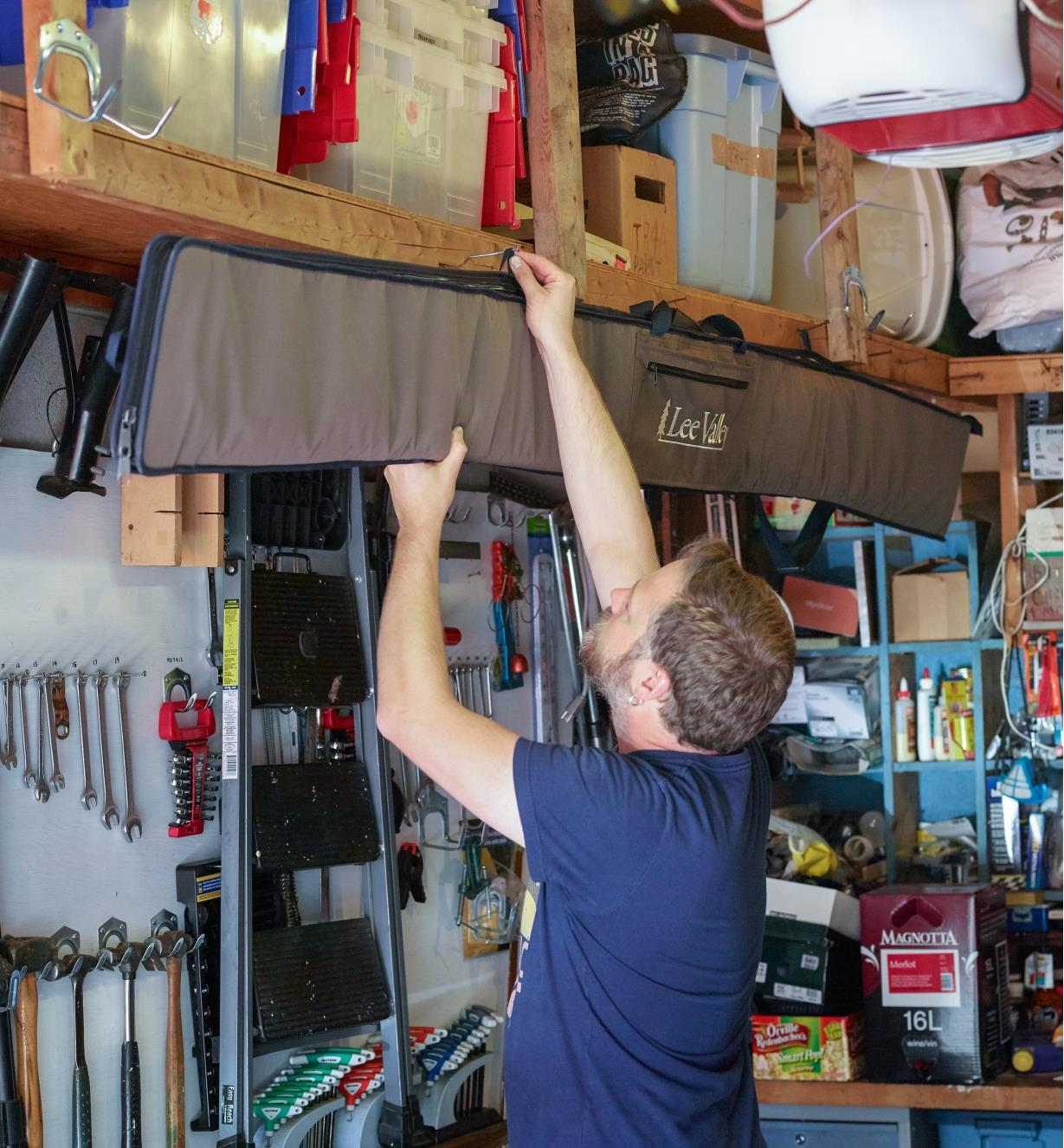 Hanging the large guide rail bag horizontally on a workshop wall