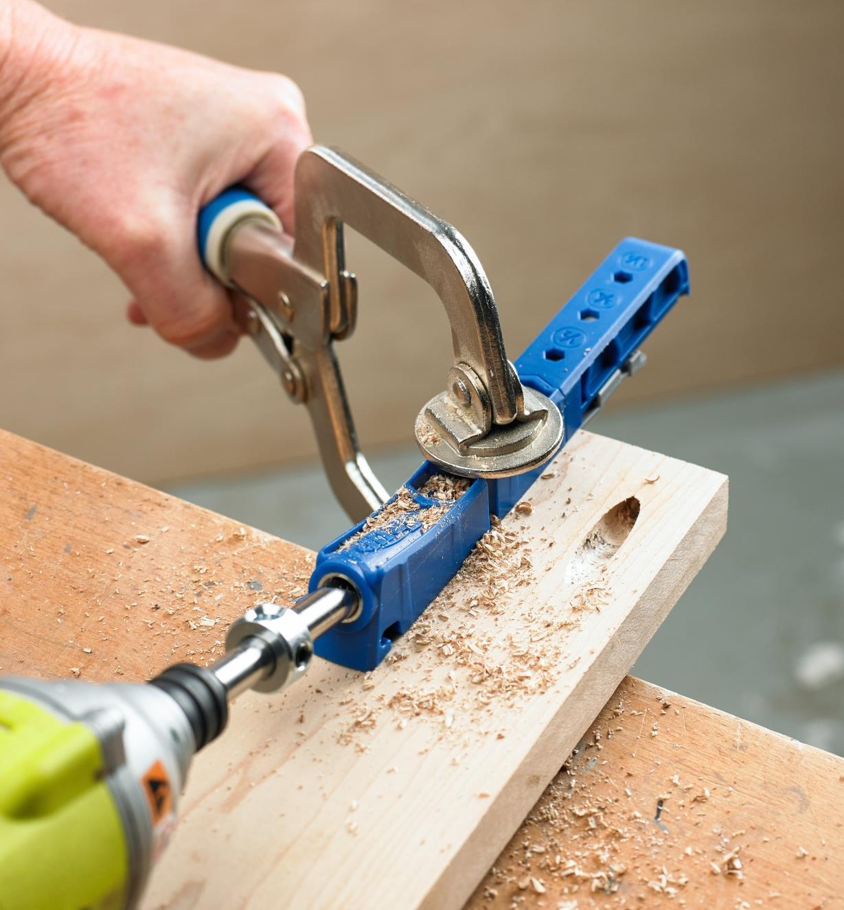Ensemble de perçage à angle Kreg 310 utilisé pour percer des trous en angle dans une pièce de bois