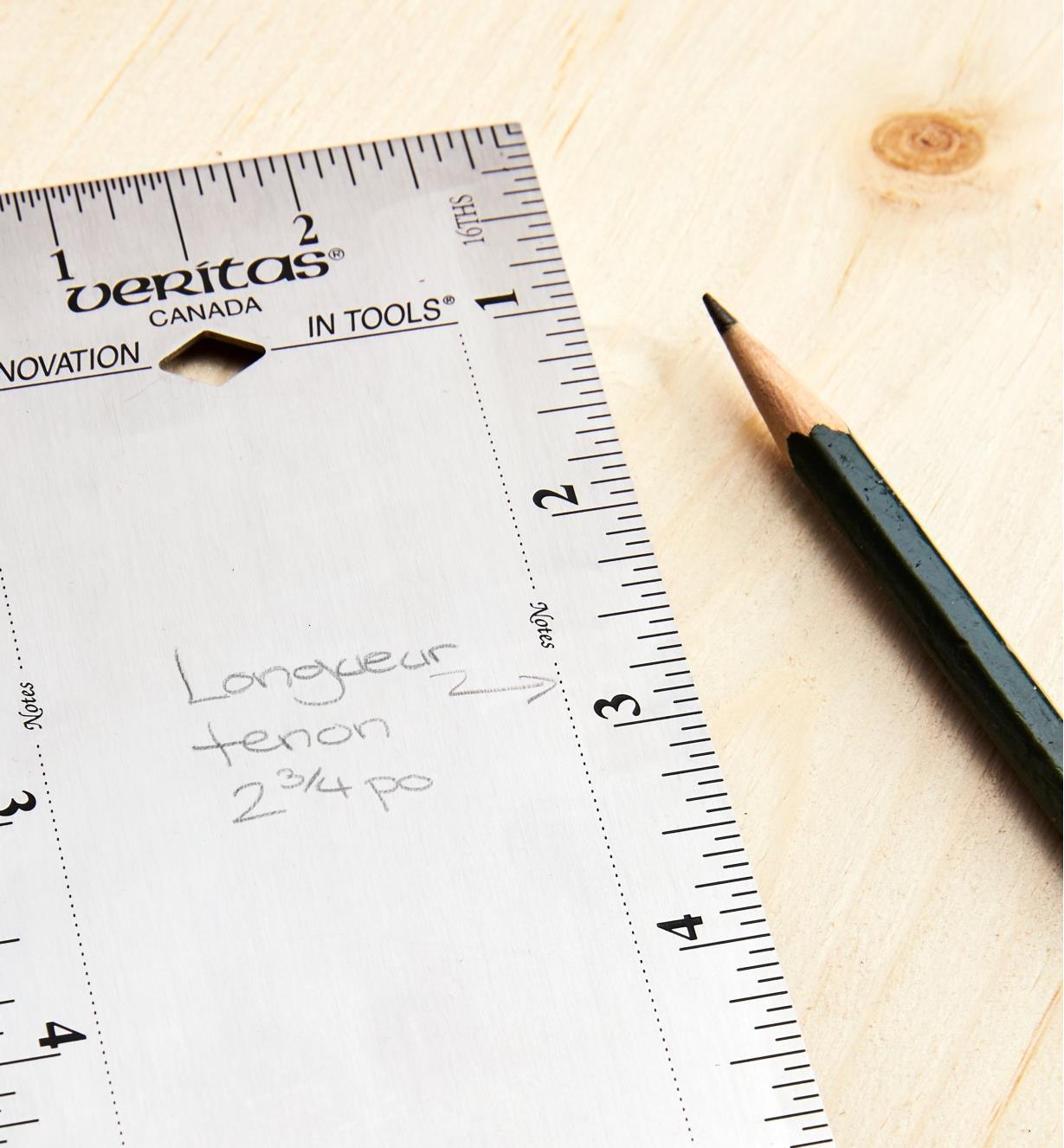 Note marquée au crayon sur la règle de 10 po Veritas