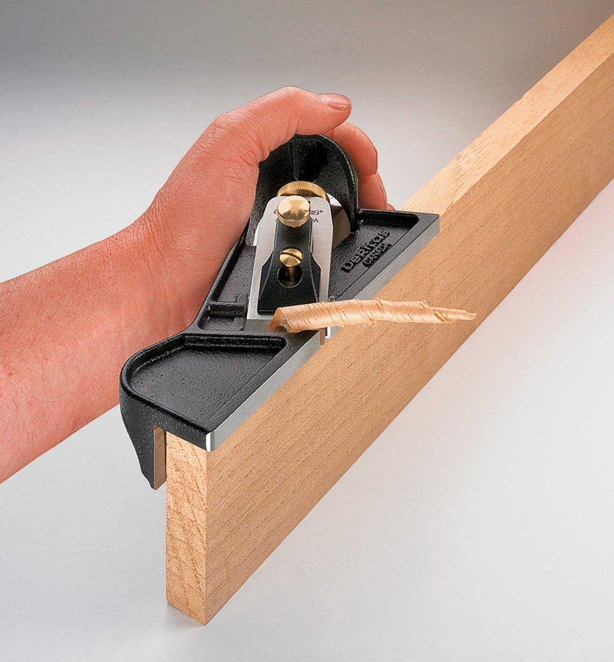 Rabot à épaulement utilisé pour couper le bout d'une planche