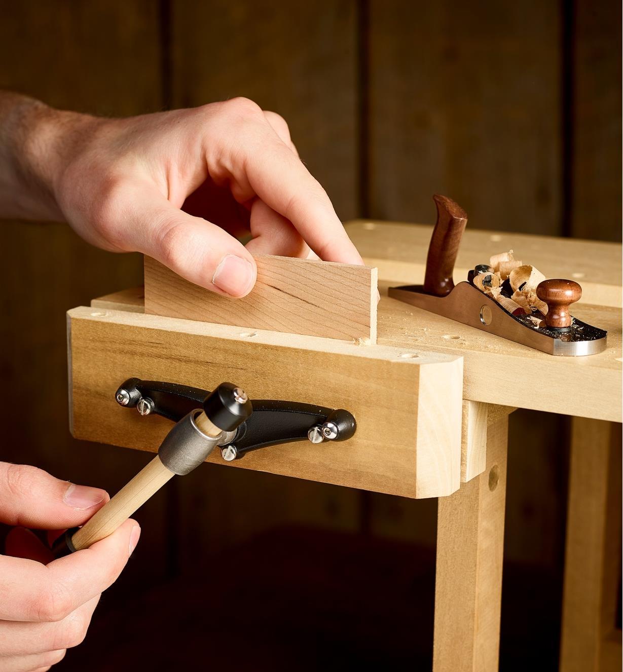 Serrage d'une pièce de bois dans la presse d'établi miniature