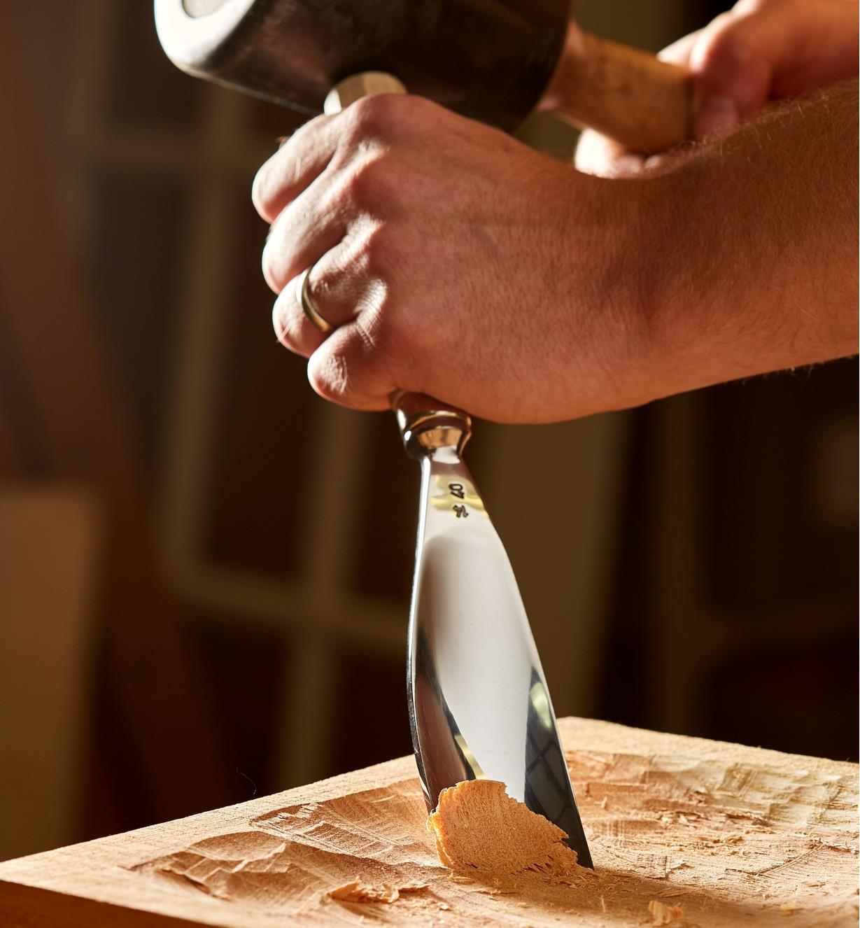 Grande gouge courbée no 5 Hirsch servant à évider un plat peu profond en bois