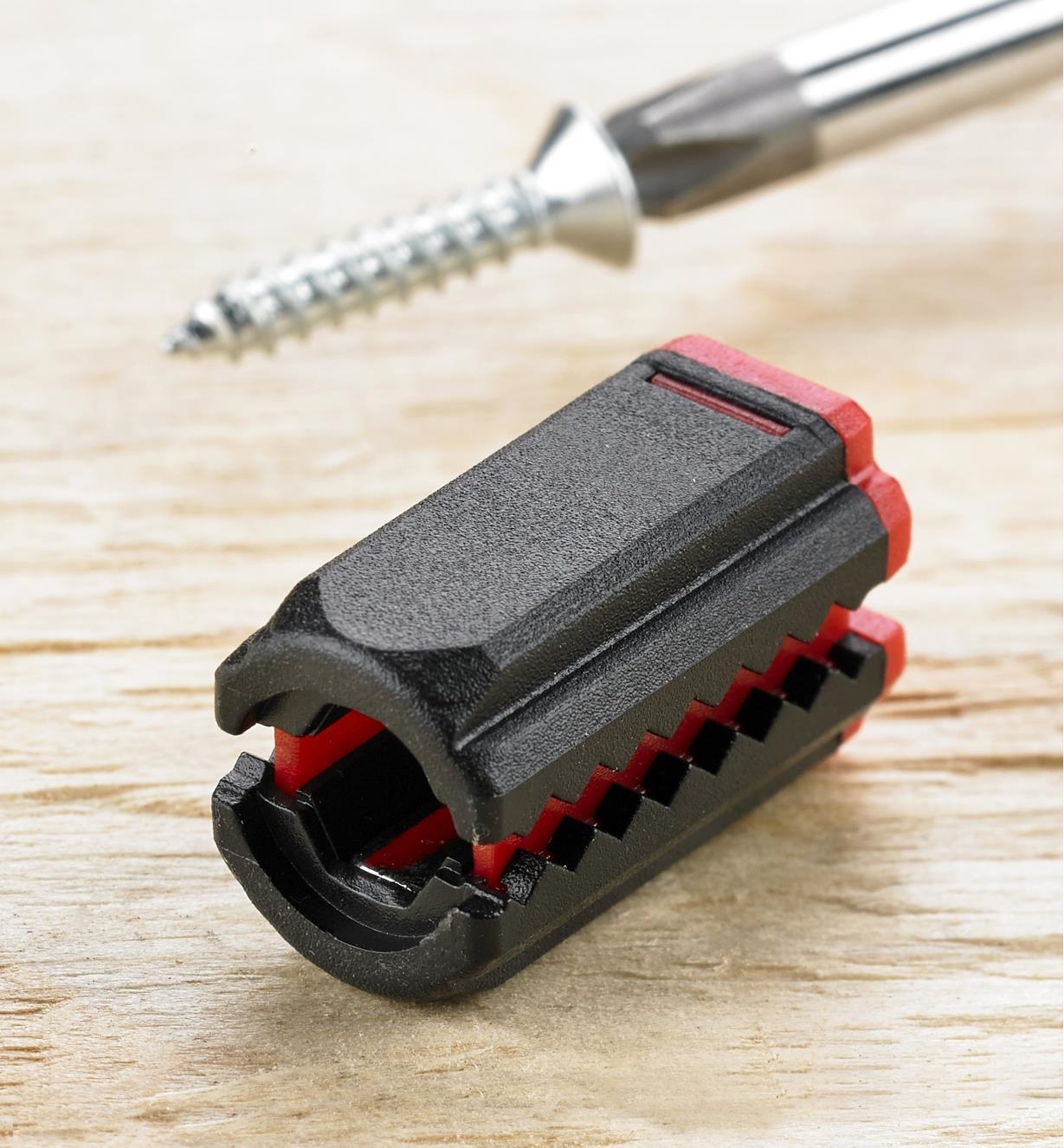 Magnétiseur-démagnétiseur pour tournevis près d'un tournevis magnétisé qui retient une vis