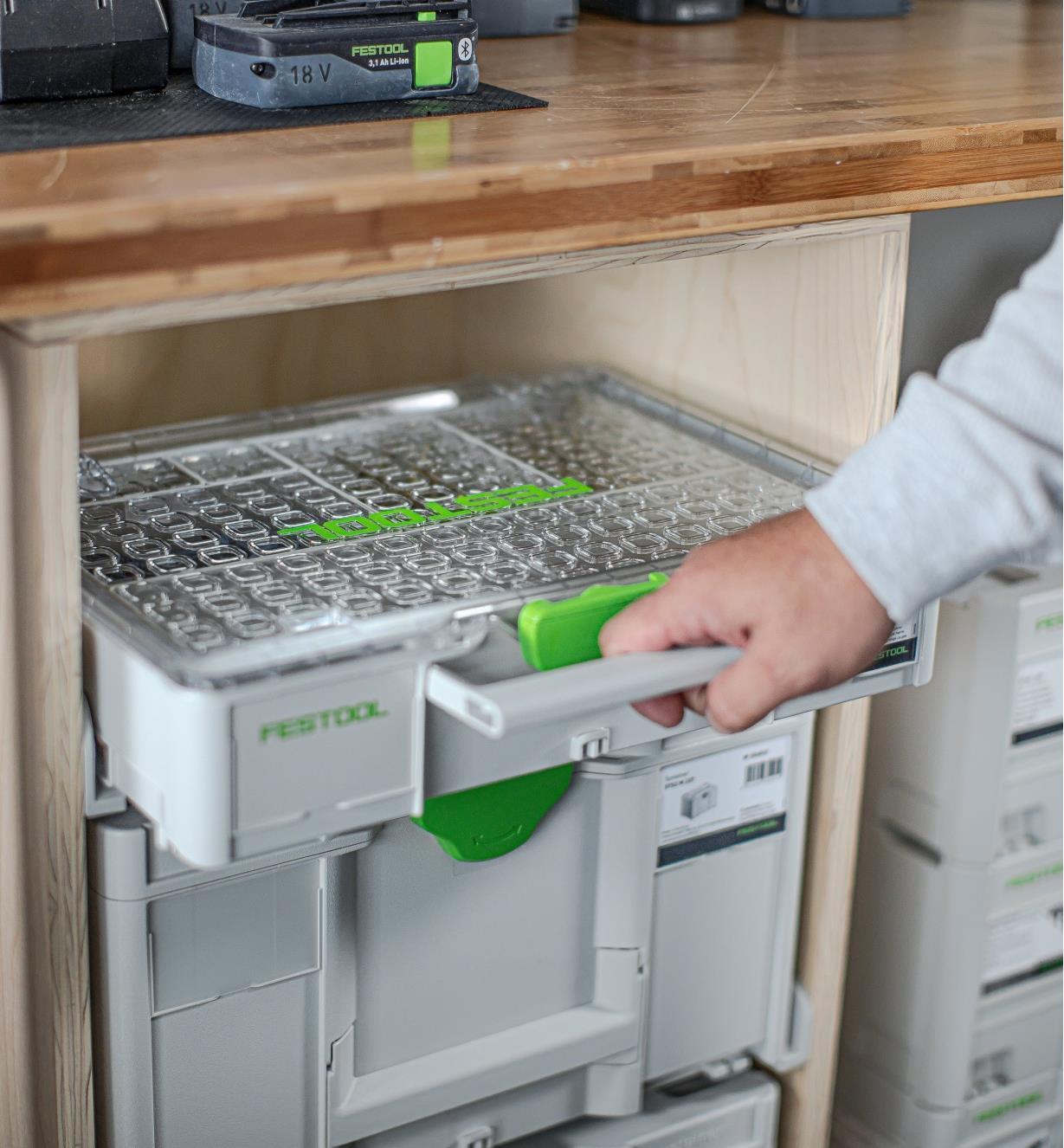 Des modules Systainer sur des rails de montage sur une étagère