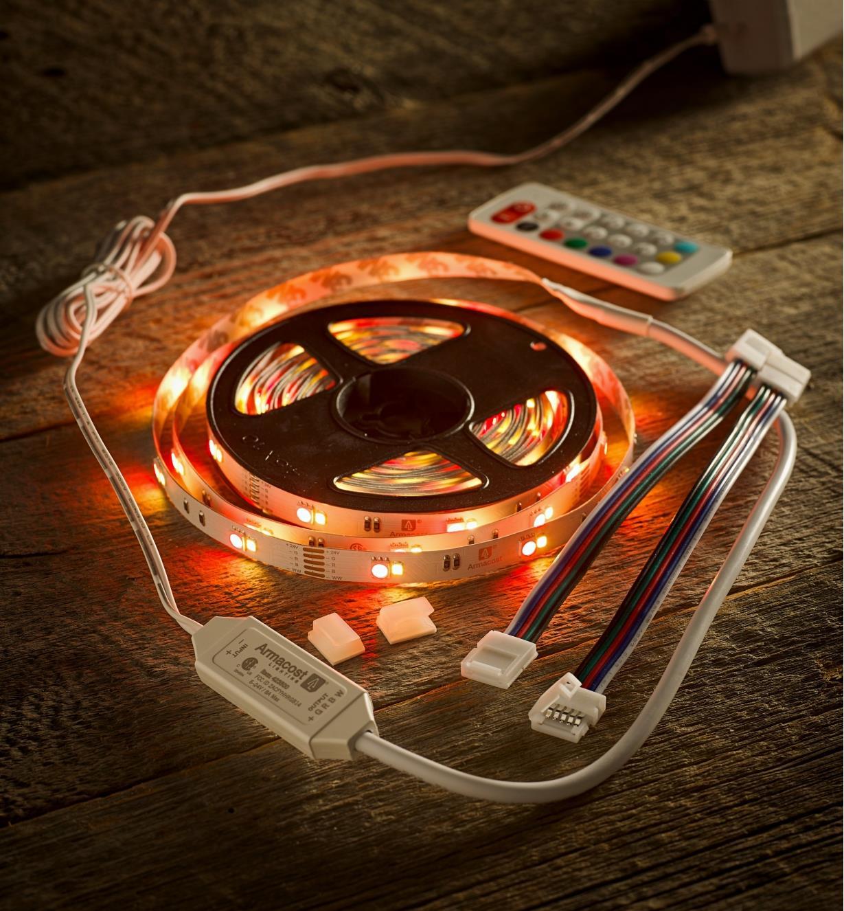 Ensemble de luminaire-ruban à DEL à couleur réglable pour l'intérieur diffusant une lumière rouge