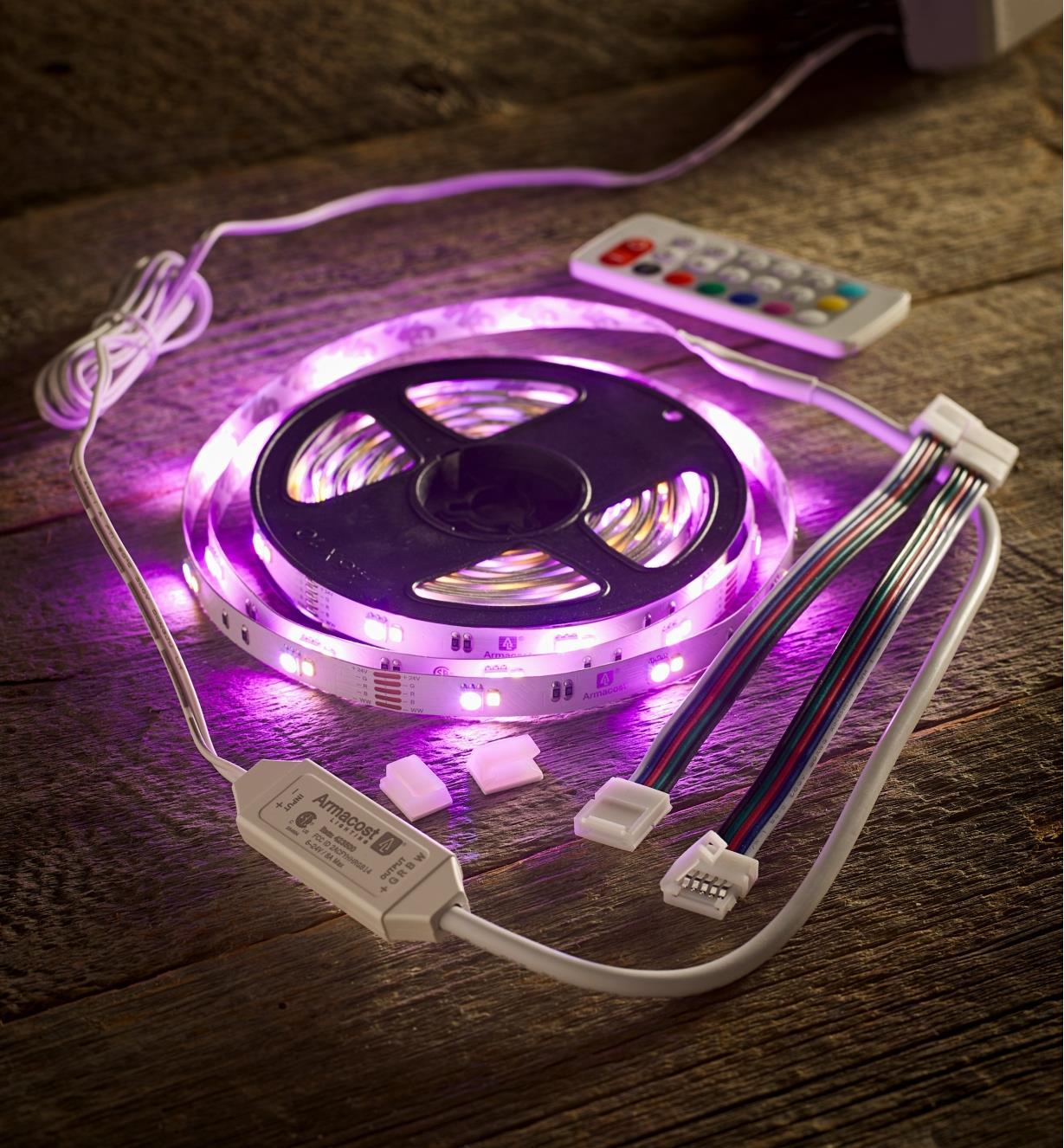 Ensemble de luminaire-ruban à DEL à couleur réglable pour l'intérieur diffusant une lumière violette
