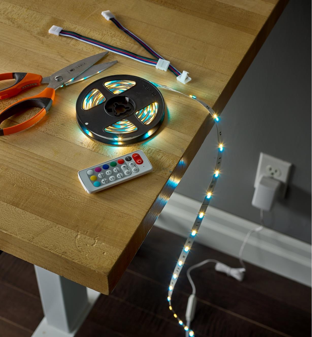 Ensemble de luminaire-ruban à DEL allumé posé sur une table