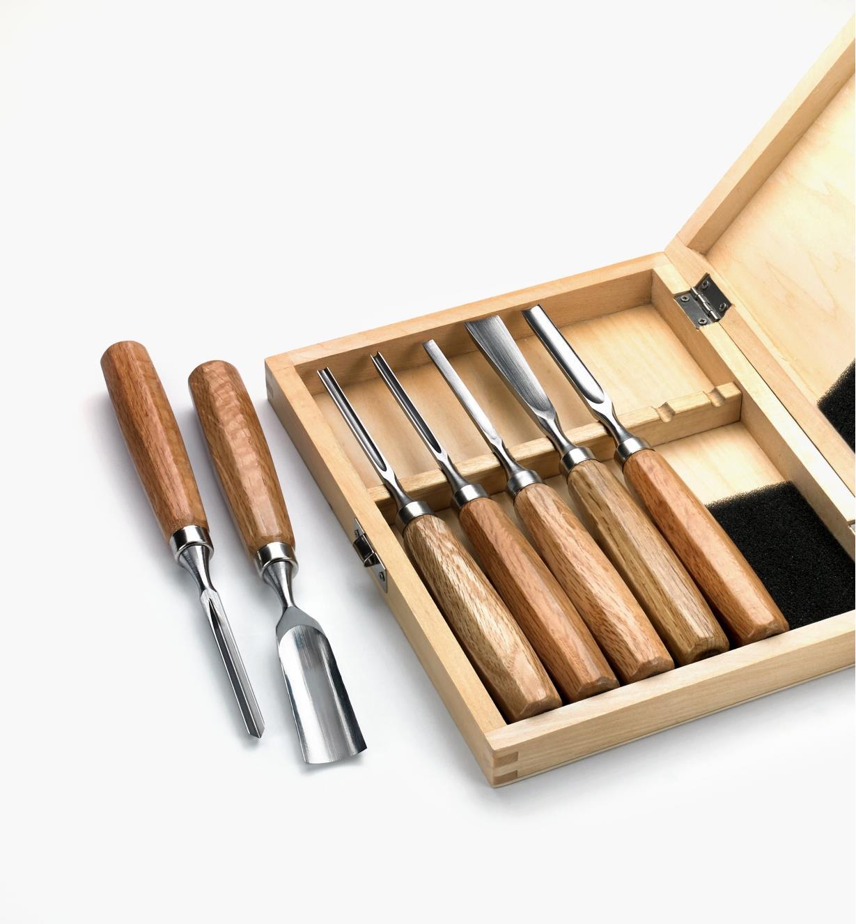 Burin et gouge no 6 de 1 po à côté du coffret contenant les cinq autres outils de sculpture du jeu