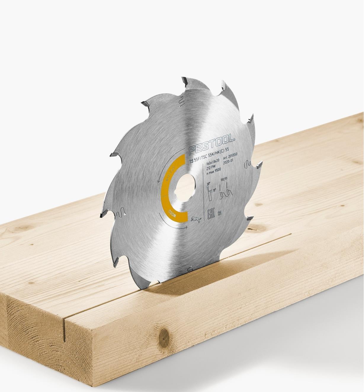 Lame à refendre en position verticale dans une pièce de bois tendre