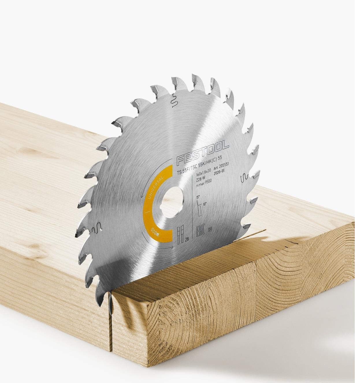 Lame universelle en position verticale dans une pièce de bois dur