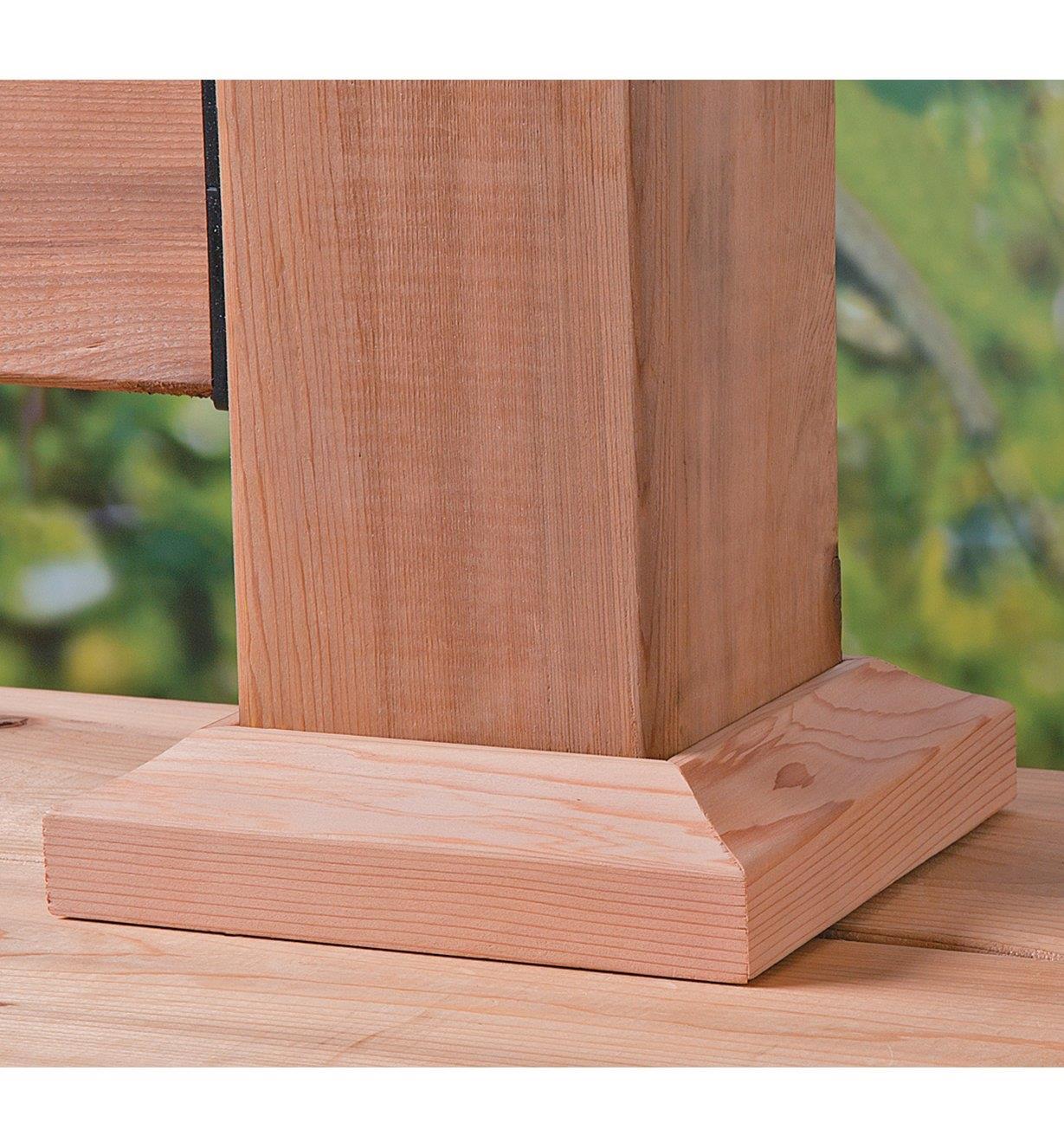 Pied de poteau de galerie en bois avec plinthe