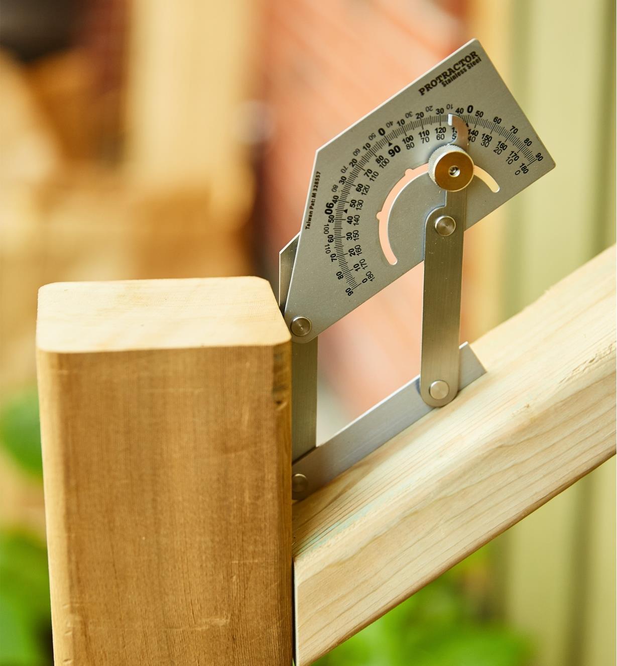 Rapporteur d'angle pour l'atelier mesurant l'angle d'une balustrade