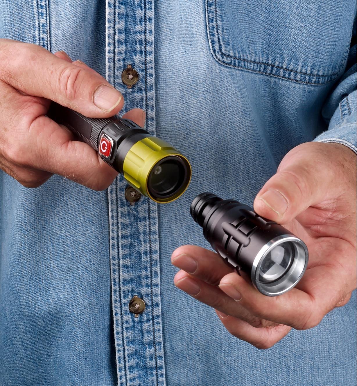 Personne insérant la tête lampe de poche dans le raccord rapide d'une lampe de travail 3-en-1